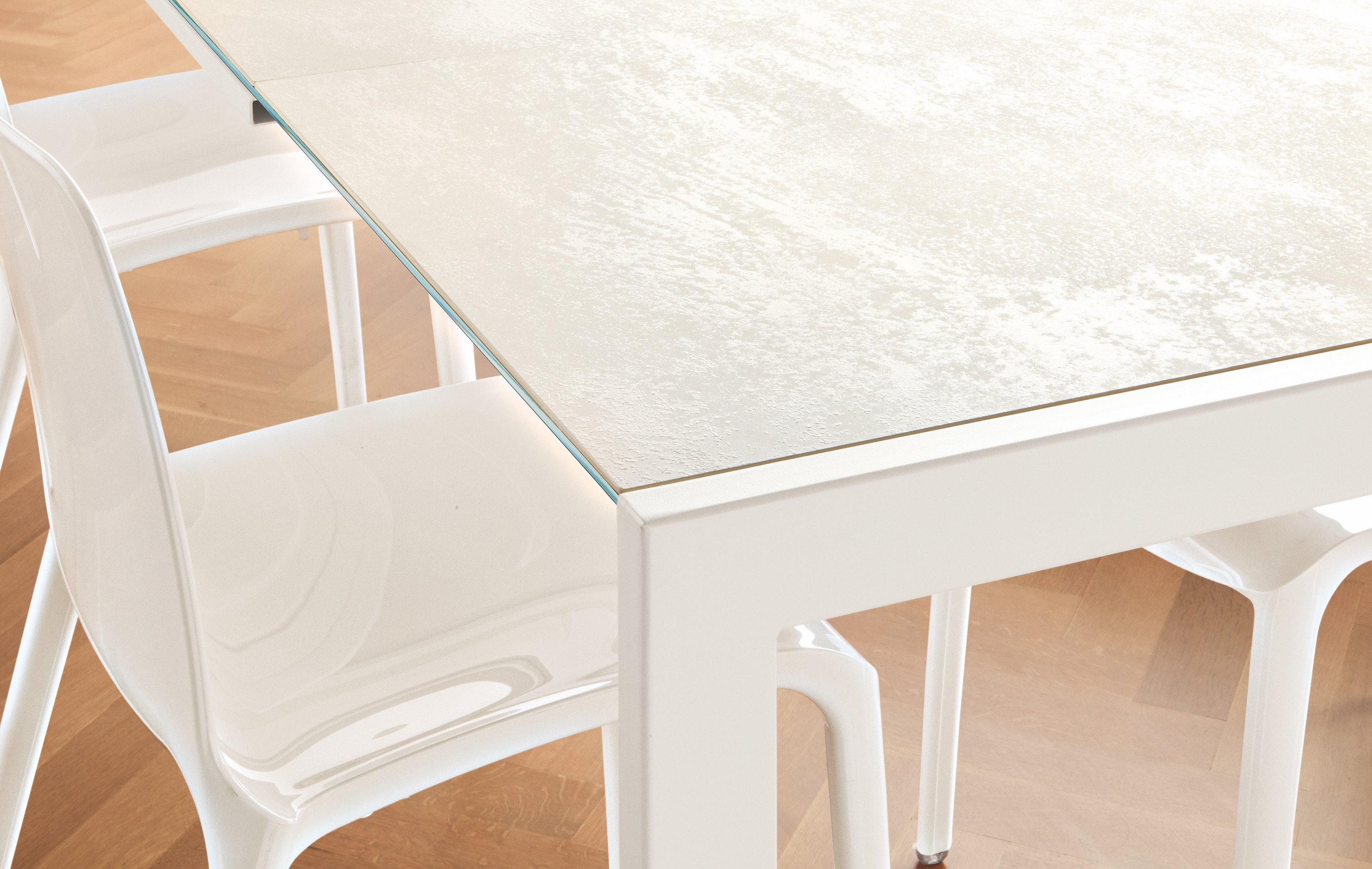 opla_scratch_resistant_dining_table
