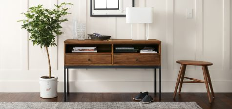 Linear console table in a top-rated entryway