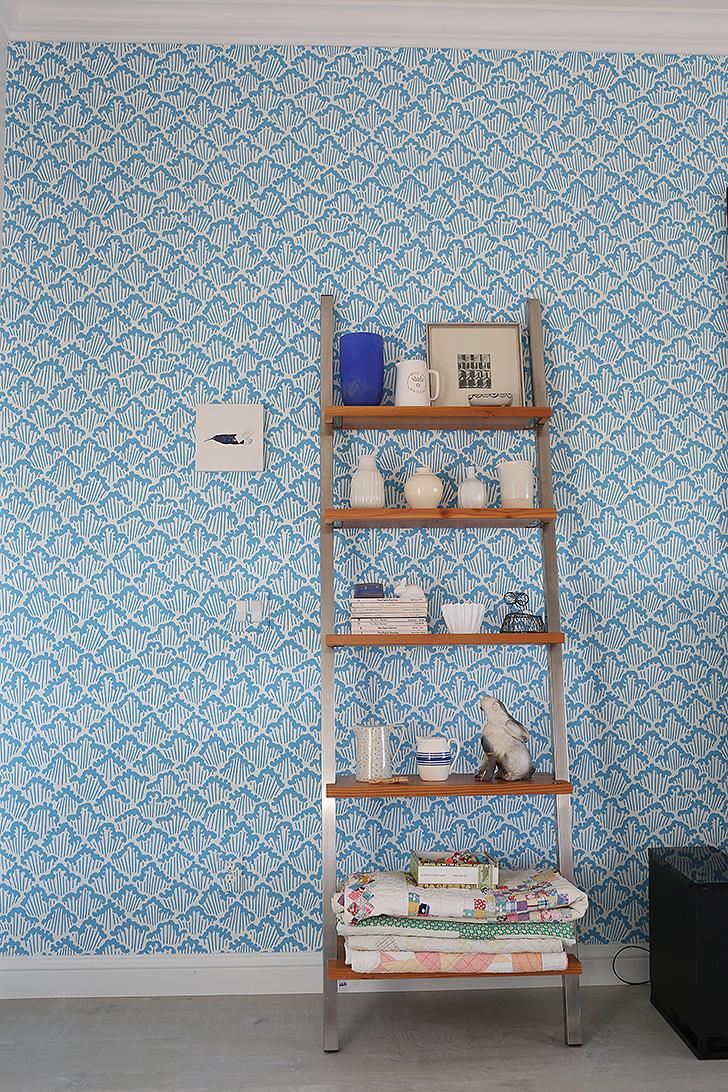 Leaning wall shelf
